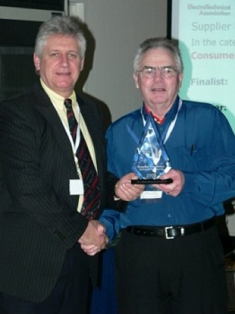 Robert Thompson of The Warehouse receiving the award for supplier excellence in consumer electronic products.